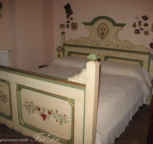 letto tirolese in legno massello dipinto a mano