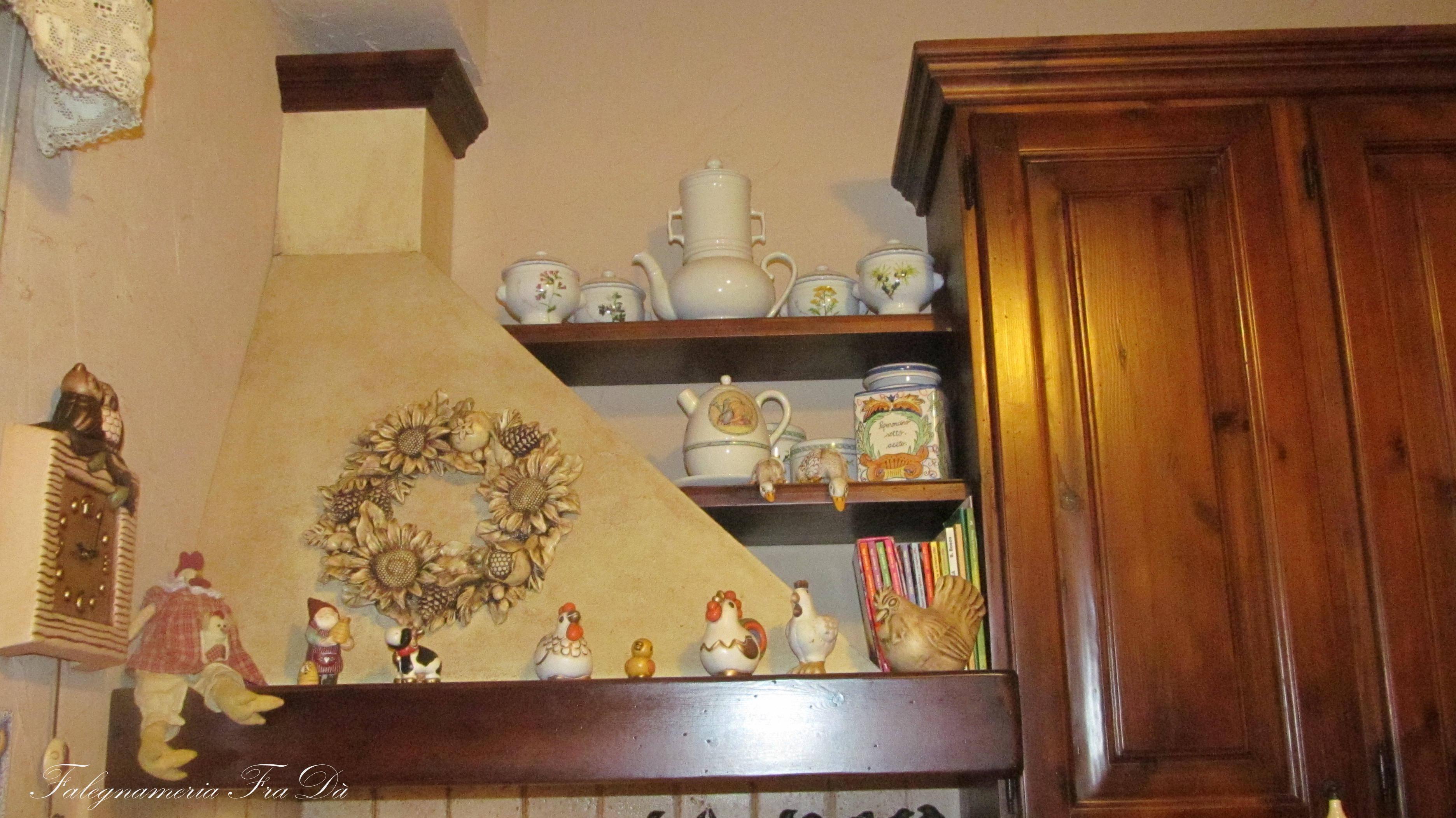 Cucina in muratura artigianale legno massello particolare cappa falegnameria frad falegname - Cappa per cucina a legna ...