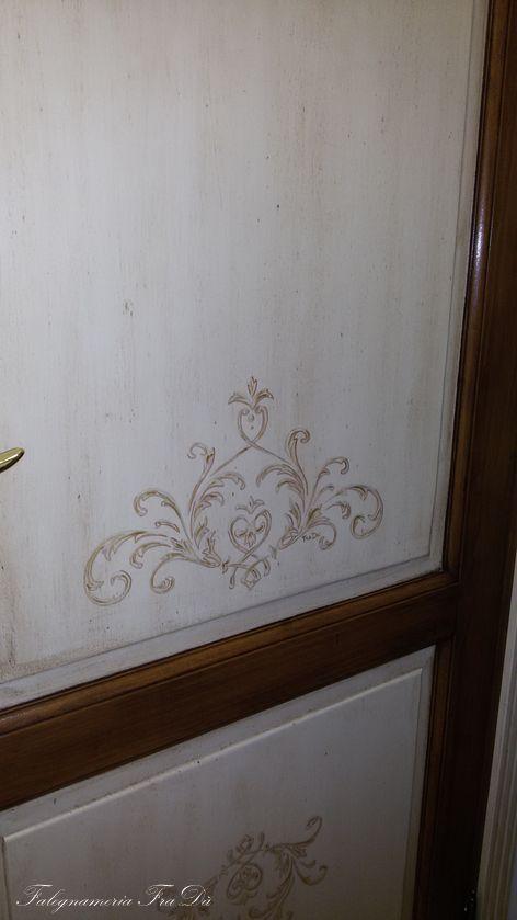porta in legno dipinta particolare decoro