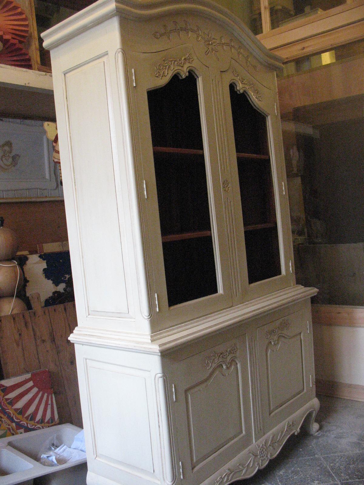 vetrina in legno intagliata