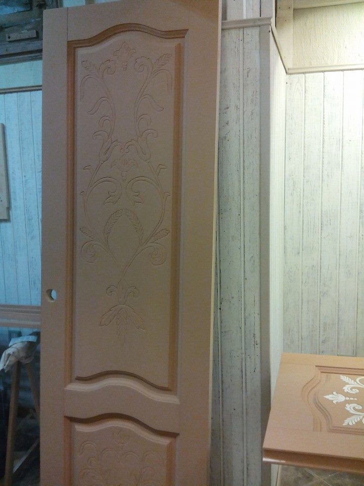 Decorazioni porte in legno idea creativa della casa e for Design semplice della casa in legno