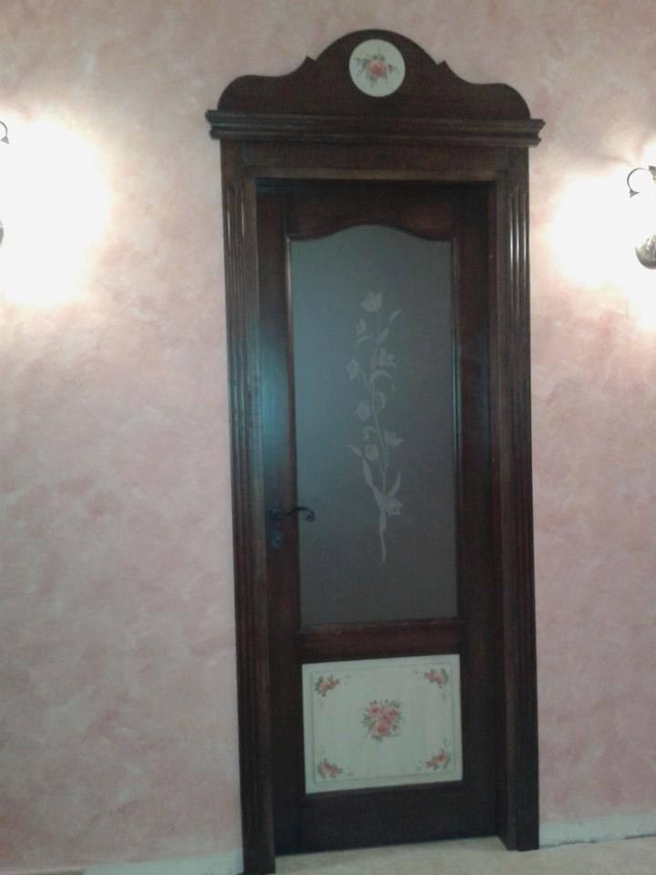 porta in legno con sopra porta