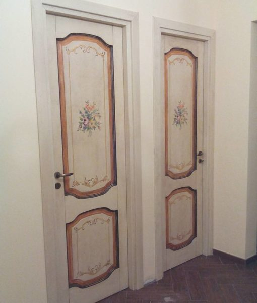 porta in legno dipinta