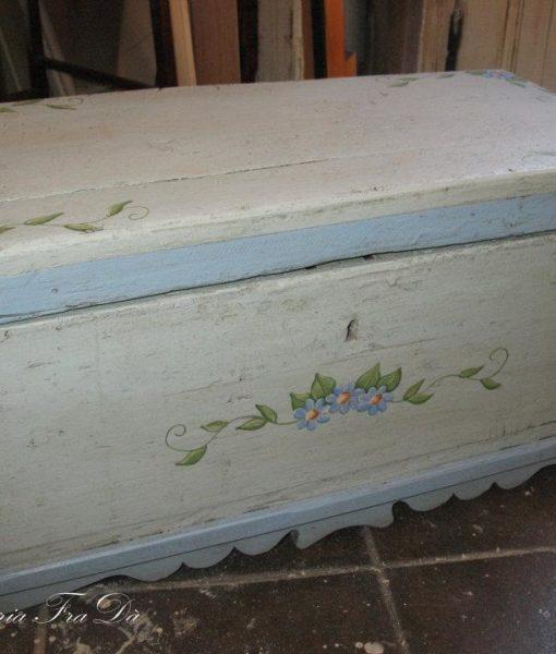 cassapanca decorata in legno