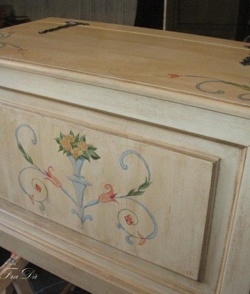 Cassapanca in legno decorata