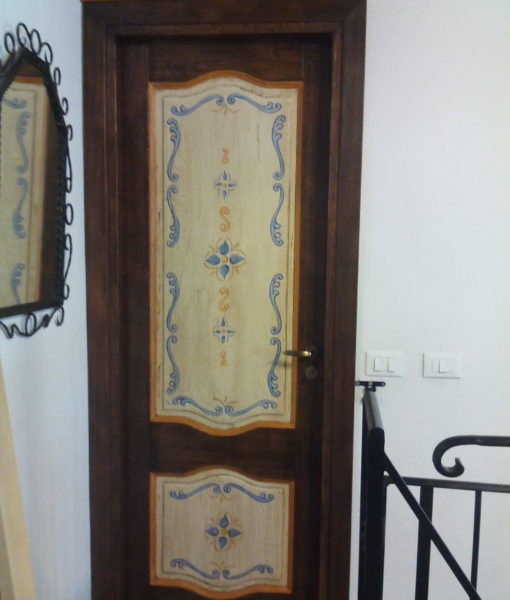porta rustica dipinta
