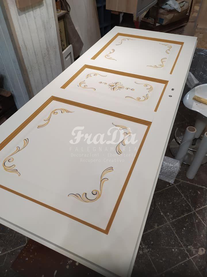 Porte in legno massello decorate a mano