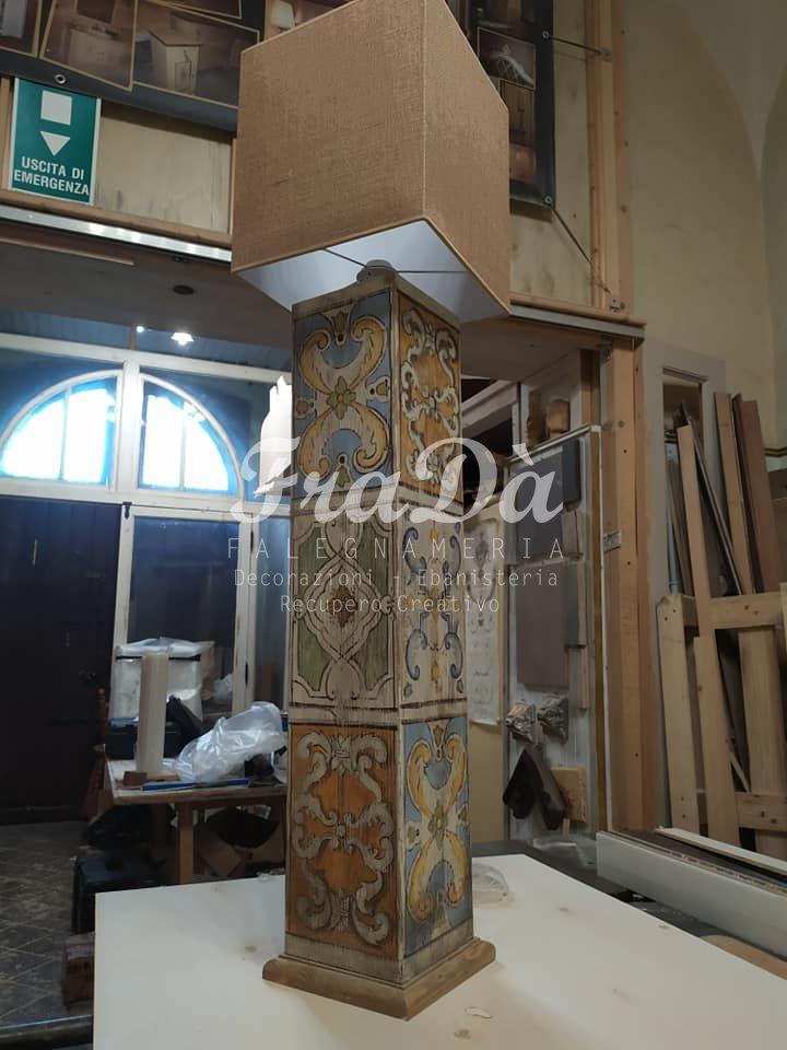lampada in legno con decori